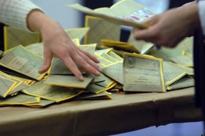 14/04/2008 ELEZIONI POLITICHE 2008 SI VUOTA UN'URNA DOPO LA CHIUSURA DI UN SEGGIO SCHEDE ELETTORALI © MIMMO CHIANURA / AGF